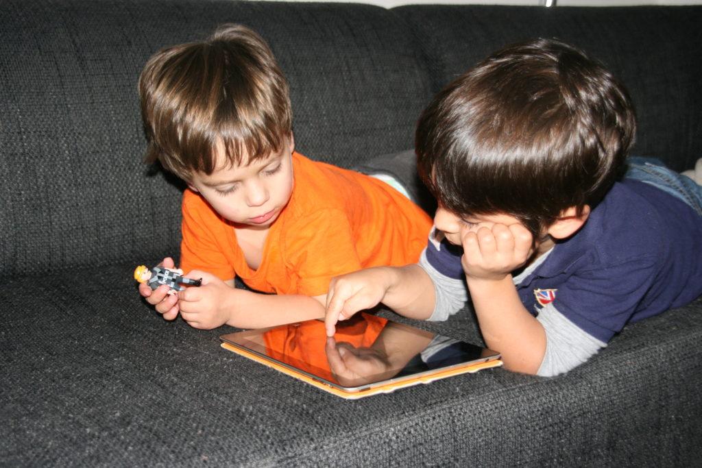 Jongens spelen met tablet